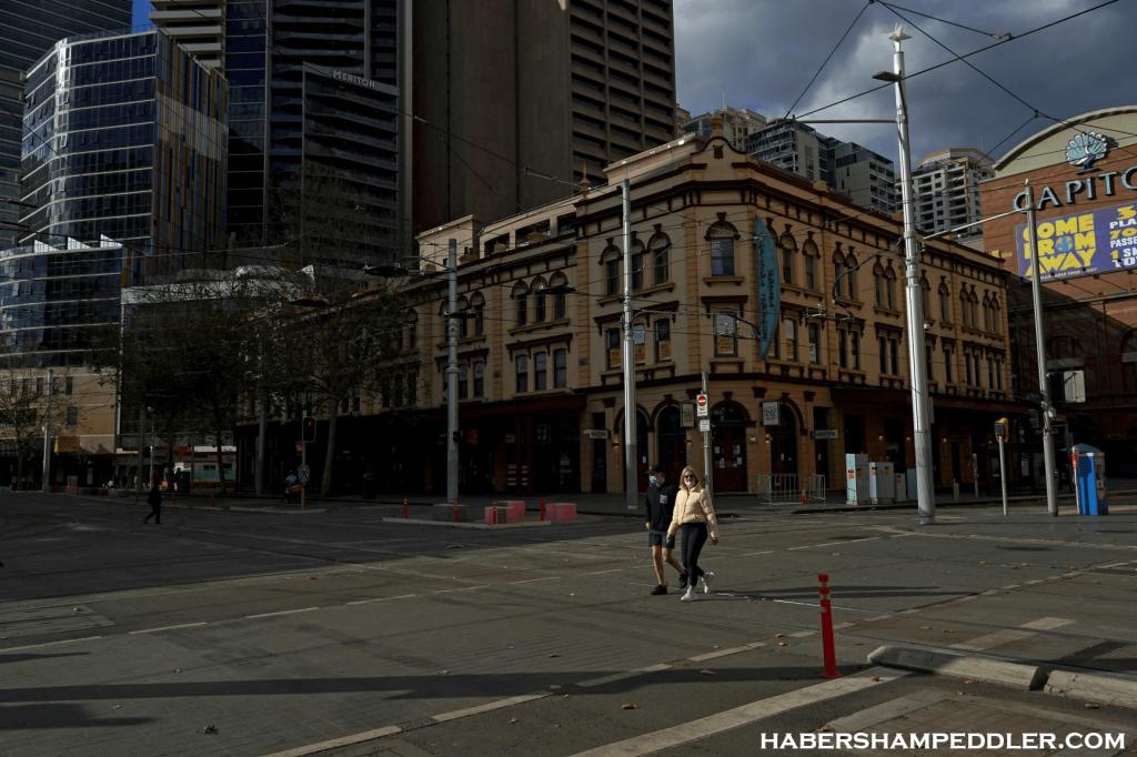 Australia's Sydney ผู้อยู่อาศัยในเมืองที่ใหญ่ที่สุดของออสเตรเลียจะใช้เวลาอย่างน้อยหนึ่งสัปดาห์ในการล็อกดาวน์ ทางการประกาศเมื่อวันพุธ