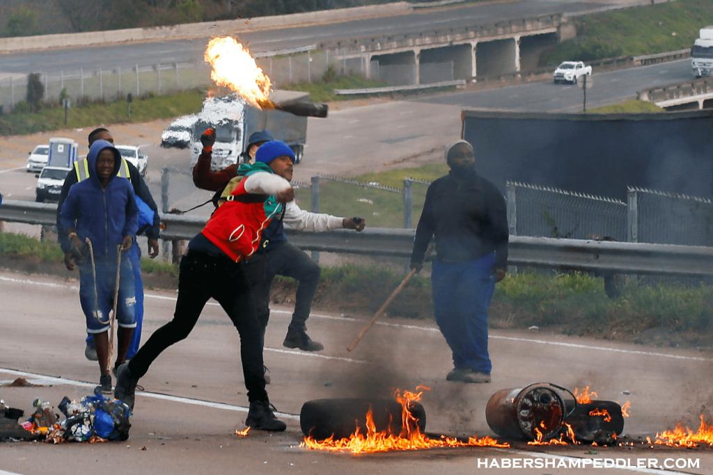 S Africa การจลาจลอย่างรุนแรงได้ปะทุขึ้นใน 2 จังหวัดของแอฟริกาใต้ ภายหลังการจำคุกอดีตประธานาธิบดีจาค็อบ ซูมา โดยมีผู้สนับสนุนปิดกั้น