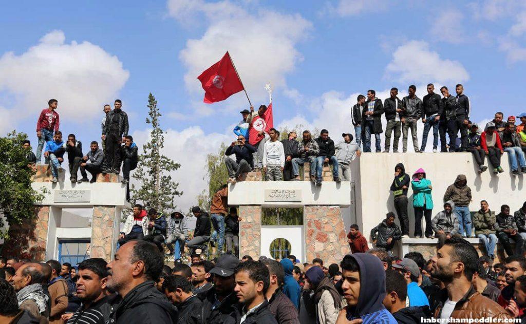 Tunisia issues ตูนิเซียได้ออกหมายจับอดีตผู้สมัครชิงตำแหน่งประธานาธิบดี นาบิล คารูอี และพี่ชายของเขา ตามรายงานของทางการ หนึ่งวันหลังจากที่